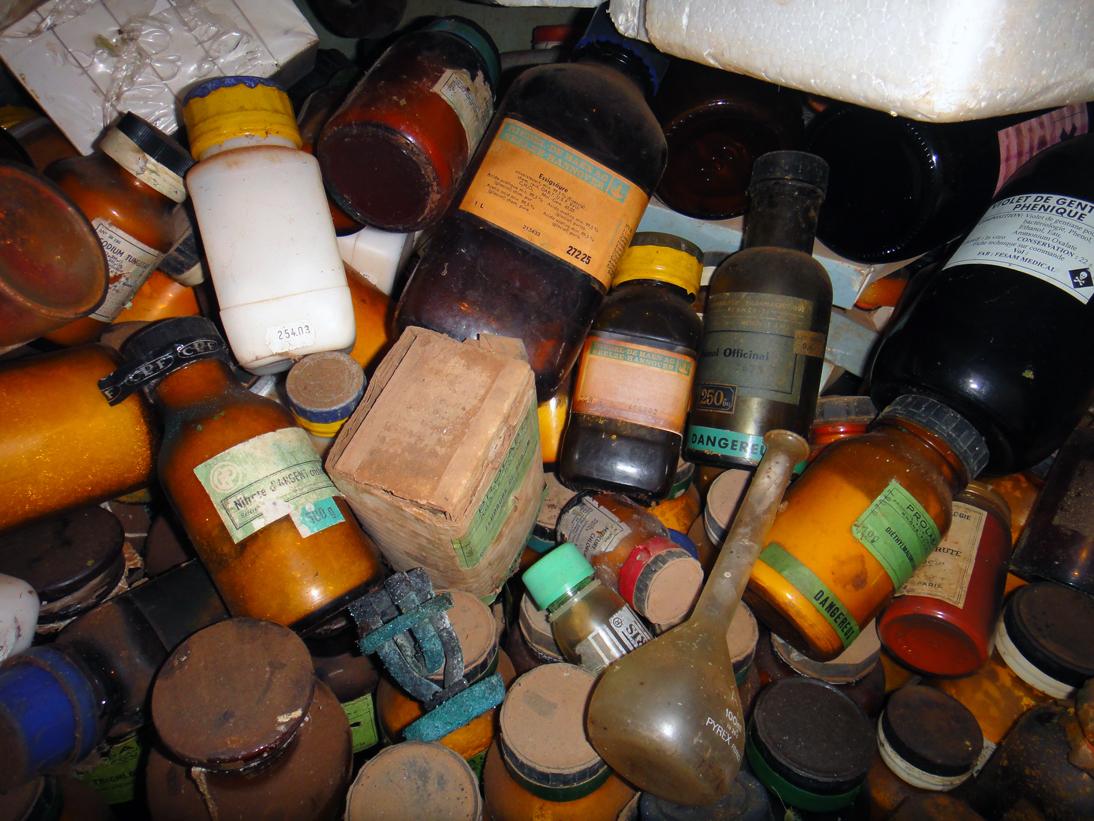 Anciens réactifs de laboratoire conservés au « dispensaire Jamot » (Centre de Santé Intégré du District d'Ayos), © John Manton 2012, Projet MEREAF
